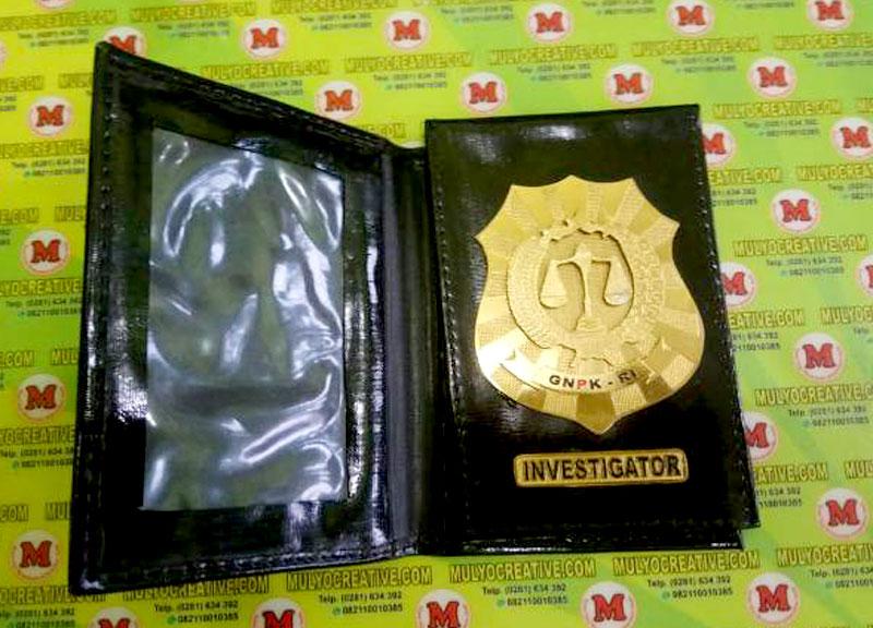 Contoh Dompet Lencana Kalung (Investigator) dengan tambahan lencana kuningan yang berbentuk custom yang ditempel dibagian dalam dompet