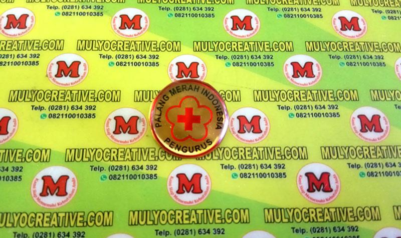 Pin PMI Palang Merah Indonesia dengan model bulat. Terbuat dari bahan logam kuningan