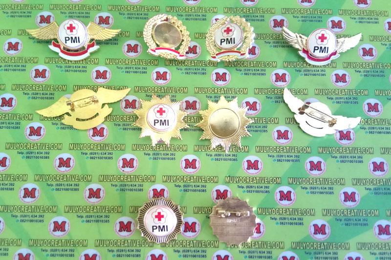 Pin Lencana PMI dalam berbagai model, dengan bahan logam kuningan, dengan logo pmi yang sudah di resin